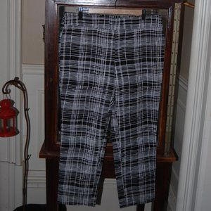 Black and white capri pants